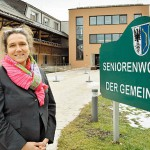Gabi Gehmacher-Leitner vor Anifer Seniorwohnhaus